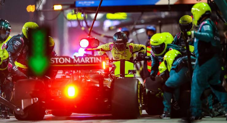 La Aston Martin di Sebastian Vettel ai box nel Gran Premio del Bahrain di F1 2021 a Sakhir