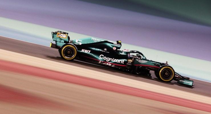 La Aston Martin di Sebastian Vettel nelle qualifiche del Gran Premio del Bahrain di F1 2021 a Sakhir