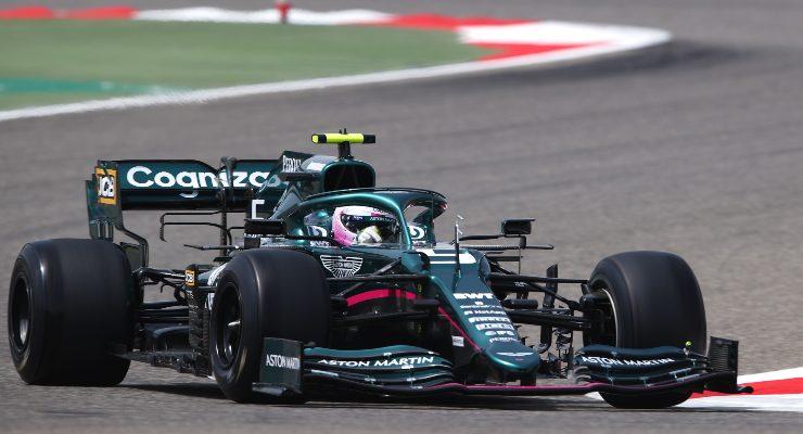 Sebastian Vettel sulla Aston Martin in pista nei test F1 a Sakhir, in Bahrain