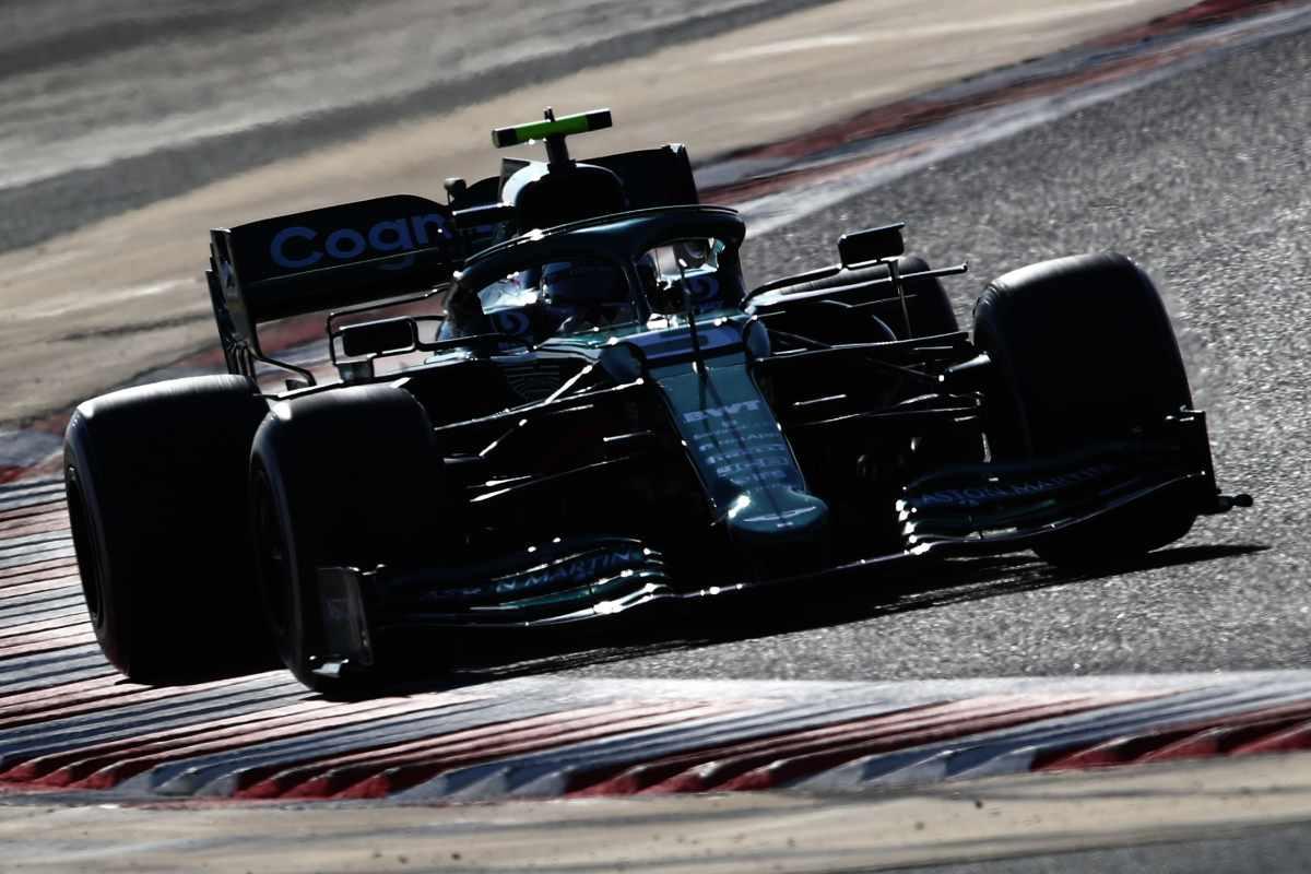 Sebastian Vettel sulla Aston Martin in pista nei test F1 di Sakhir, in Bahrain