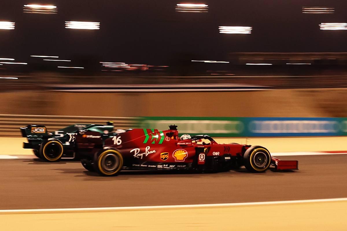 Sebastian Vettel sulla Aston Martin in lotta con Charles Leclerc sulla Ferrari nelle qualifiche del Gran Premio del Bahrain di F1 2021 a Sakhir