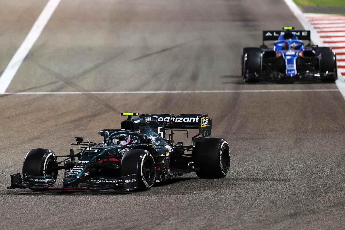 La Aston Martin di Sebastian Vettel davanti alla Alpine di Esteban Ocon nel Gran Premio del Bahrain di F1 2021 a Sakhir