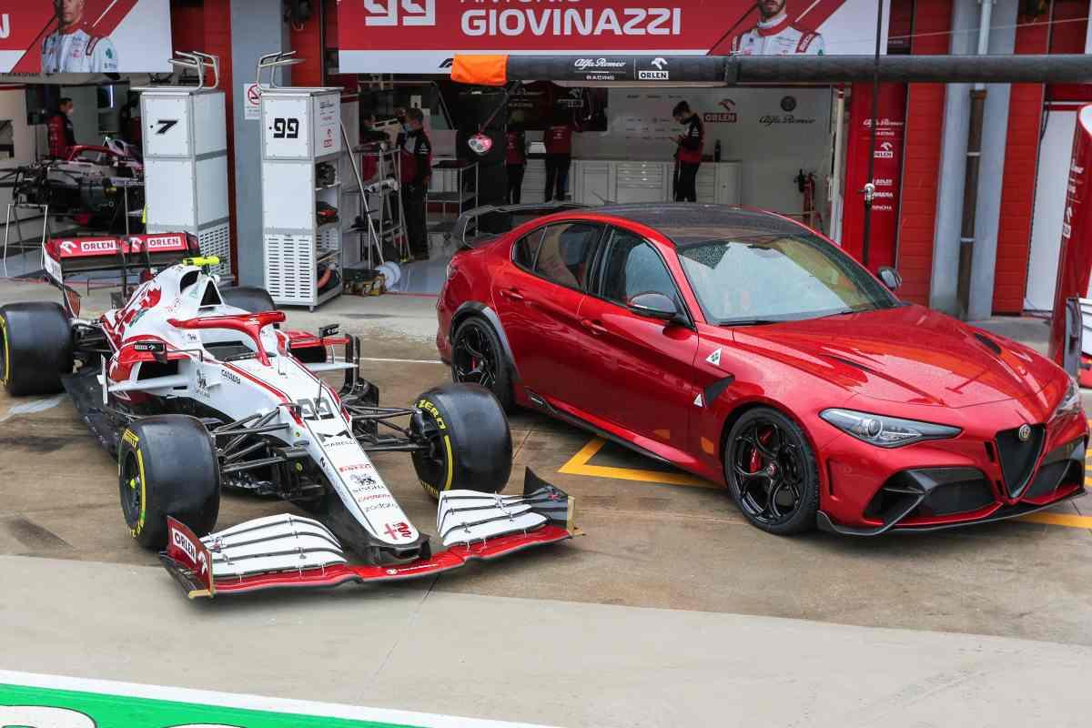 La Alfa Romeo Giulia GTAm con la C41 di Formula 1 nella corsia dei box del circuito di Imola alla vigilia del Gran Premio dell'Emilia Romagna