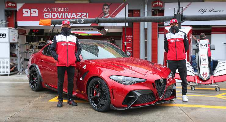 La Alfa Romeo Giulia GTAm con Kimi Raikkonen e Antonio Giovinazzi nella corsia dei box del circuito di Imola alla vigilia del Gran Premio dell'Emilia Romagna