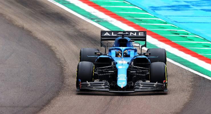 Fernando Alonso in pista sulla Alpine al Gran Premio dell'Emilia Romagna di F1 2021 a Imola