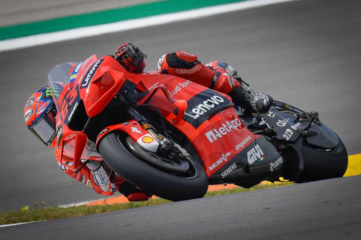 Pecco Bagnaia su Ducati in pista nel Gran Premio del Portogallo di MotoGP 2021 a Portimao