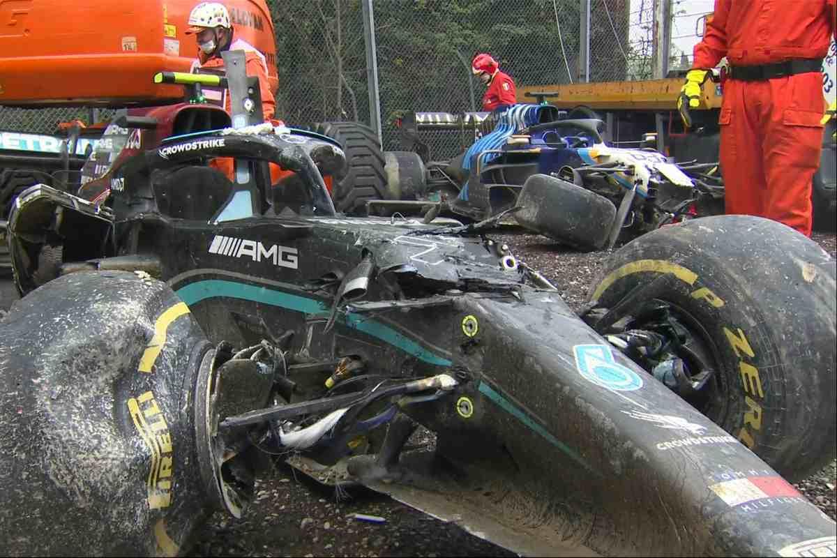 La Mercedes di Valtteri Bottas e la Williams di George Russell dopo l'incidente al Gran Premio dell'Emilia Romagna a Imola