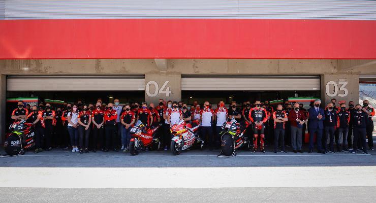 Il minuto di silenzio per Fausto Gresini durante il Gran Premio del Portogallo di MotoGP 2021 a Portimao (Foto Dorna)