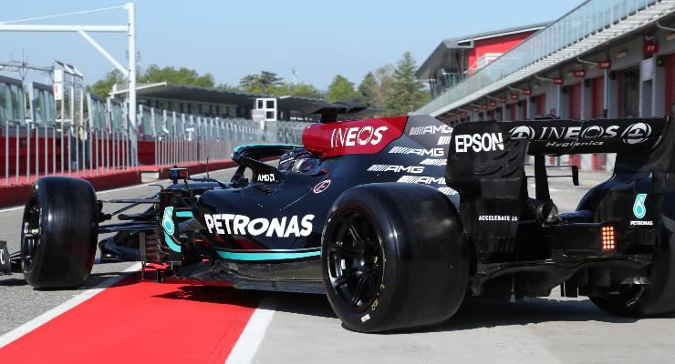 Lewis Hamilton prova con la Mercedes a Imola