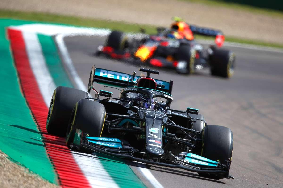 Lewis Hamilton davanti alla Red Bull nel Gran Premio dell'Emilia Romagna di F1 2021 a Imola