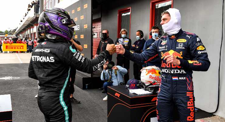 Lewis Hamilton e Max Verstappen dopo le qualifiche nel Gran Premio dell'Emilia Romagna di F1 2021 a Imola
