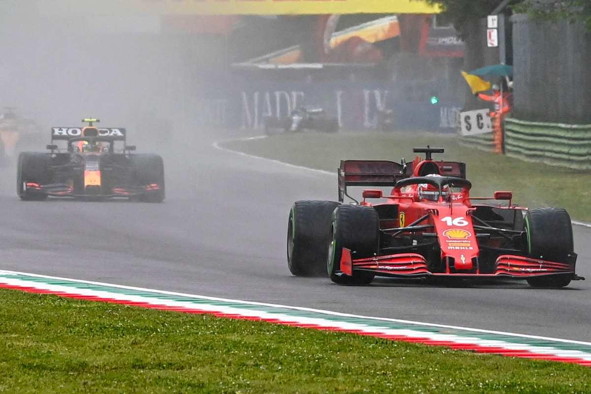 Charles Leclerc, su Ferrari, davanti a Sergio Perez, su Red Bull, al Gran Premio dell'Emilia Romagna di F1 2021 a Imola