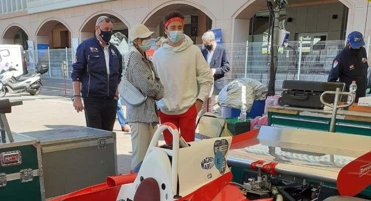 Charles Leclerc in visita al Gran Premio storico di Montecarlo