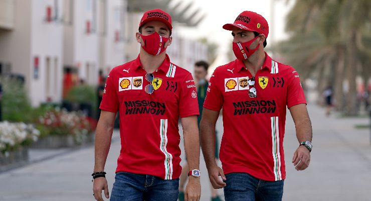 Charles Leclerc e Carlos Sainz indossano la mascherina nel weekend del Gran Premio del Bahrain di F1 2021