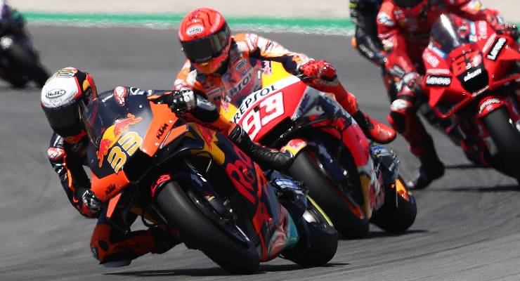 Marc Marquez dietro a Brad Binder in pista al Gran Premio del Portogallo di MotoGP 2021 a Portimao
