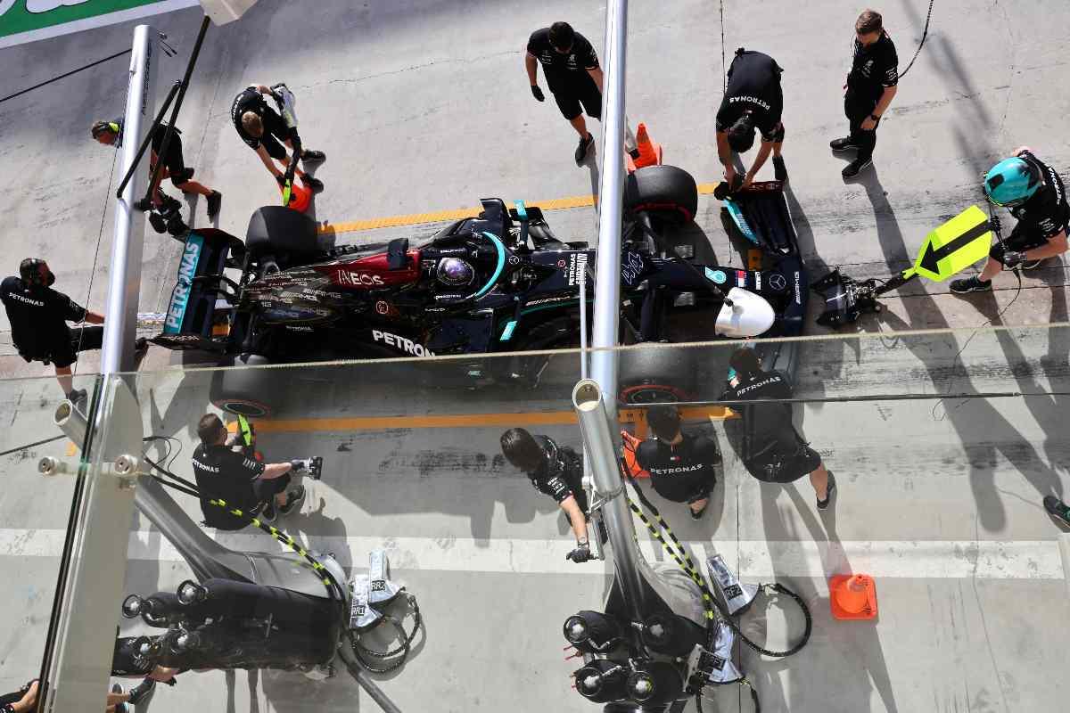 Lewis Hamilton ai box nel Gran Premio del Bahrain di F1 2021 a Sakhir