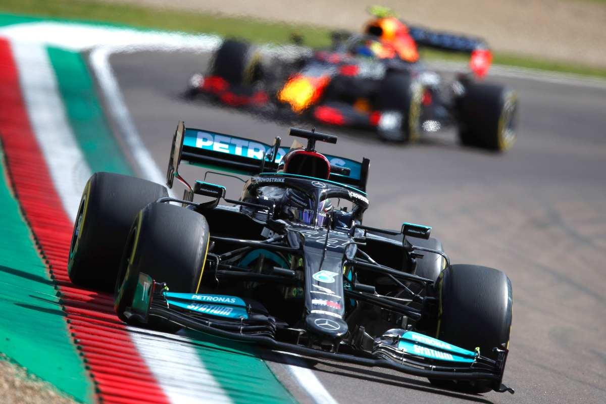 La Mercedes di Lewis Hamilton davanti alla Red Bull di Max Verstappen