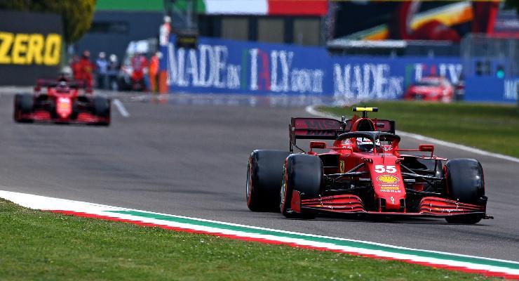 Carlos Sainz e Charles Leclerc in pista al Gran Premio dell'Emilia Romagna di F1 2021 a Imola