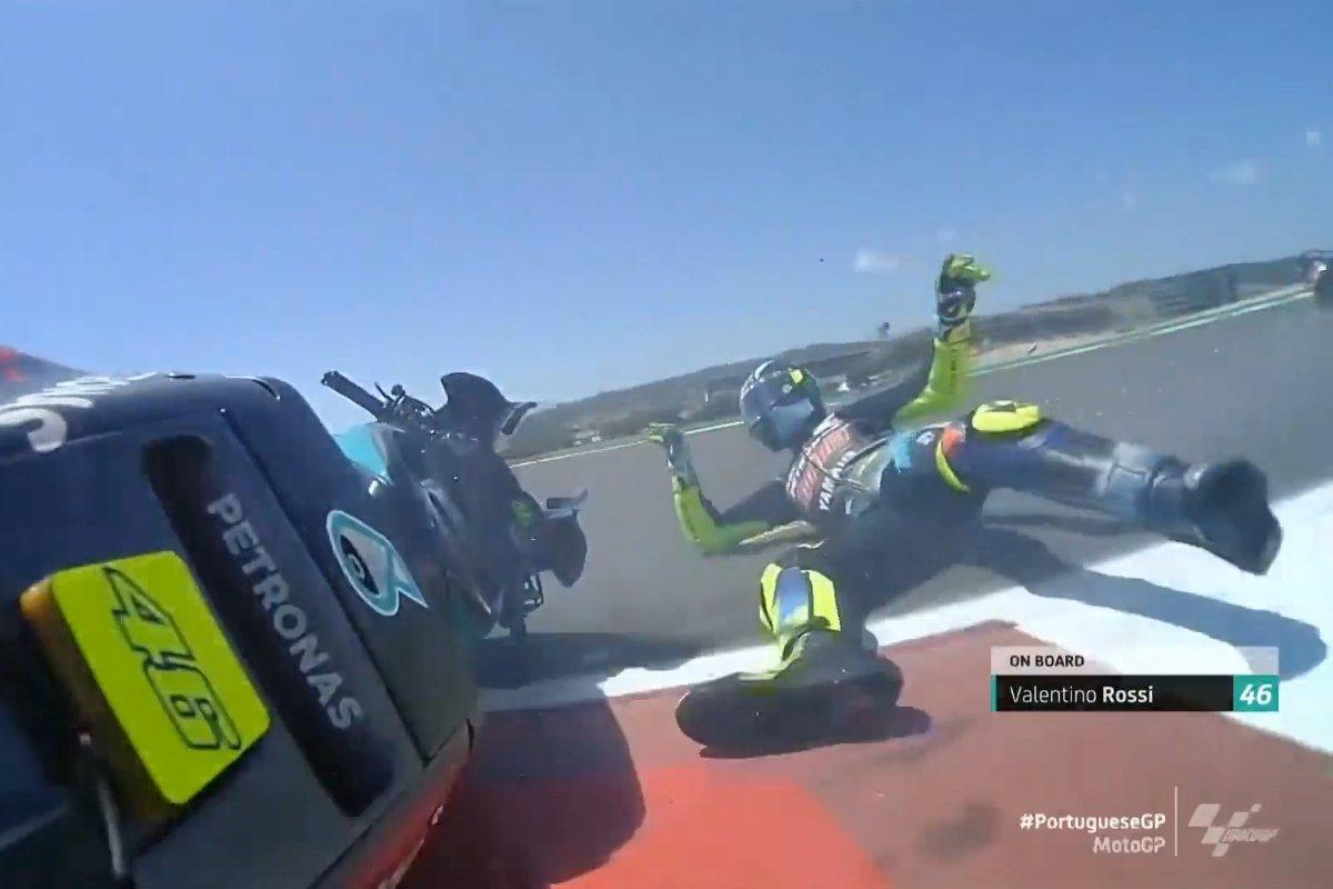 Valentino Rossi cade dalla sua Yamaha Petronas al Gran Premio del Portogallo di MotoGP 2021 a Portimao