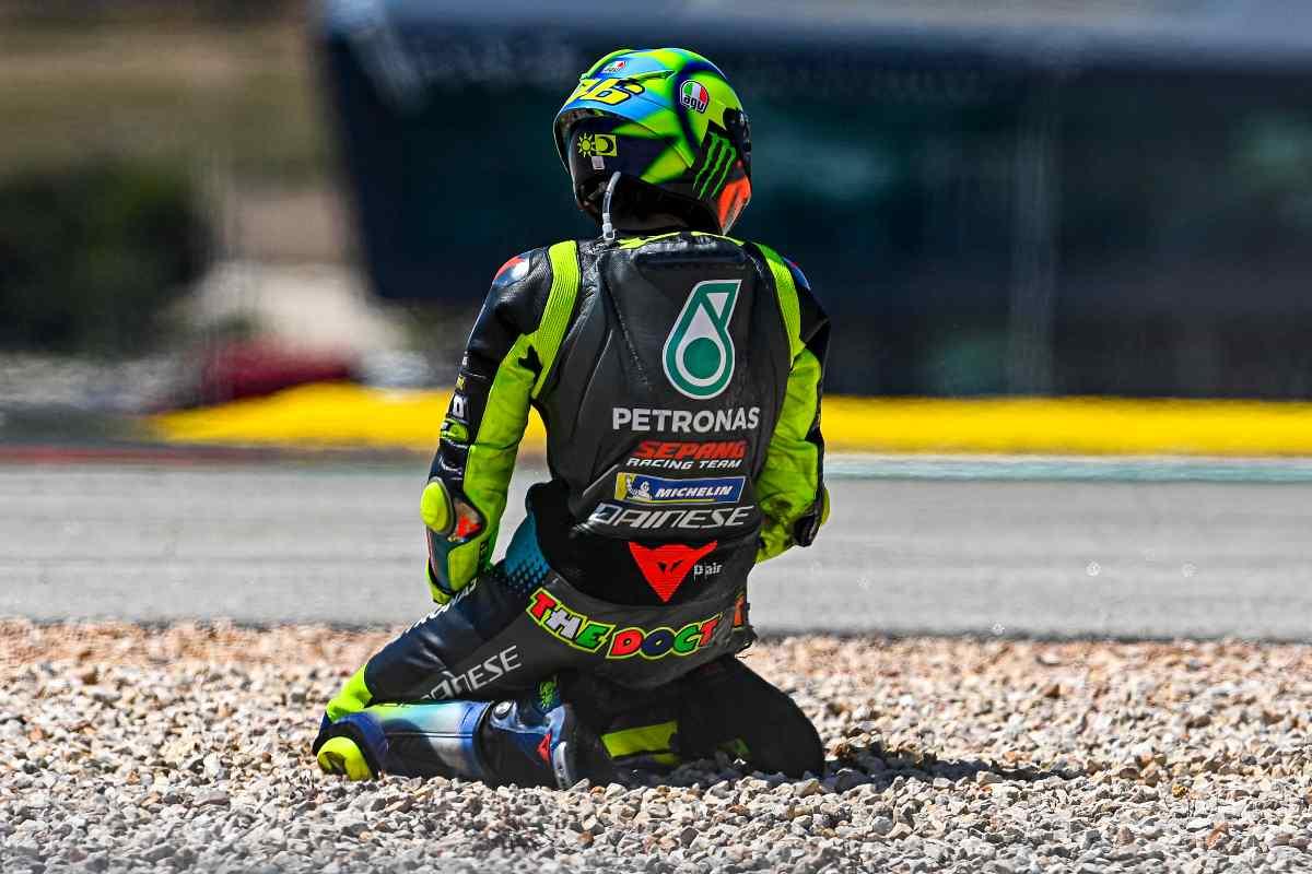 Valentino Rossi dopo la caduta al Gran Premio del Portogallo di MotoGP 2021 a Portimao