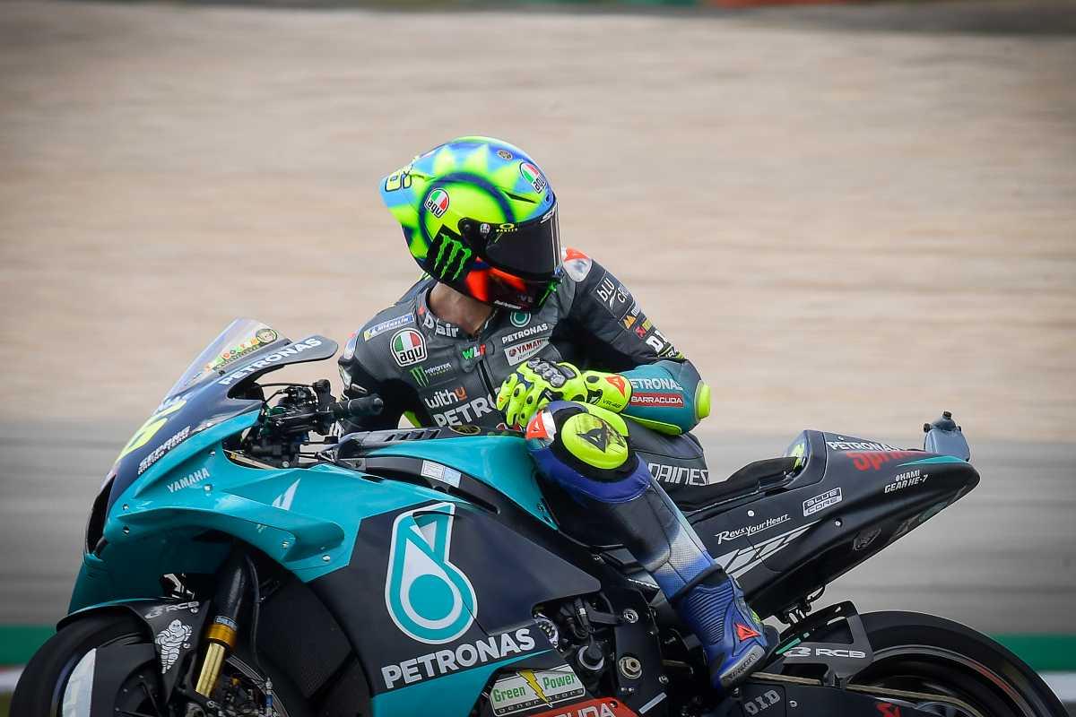 Valentino Rossi in sella alla Yamaha del team Petronas nel Gran Premio del Portogallo di MotoGP 2021 a Portimao