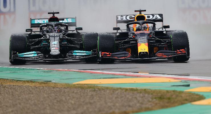 Max Verstappen e Lewis Hamilton in lotta alla partenza del Gran Premio dell'Emilia Romagna di F1 2021 a Imola