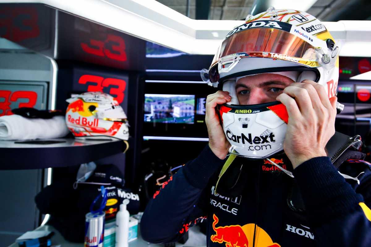 Max Verstappen ai box nel Gran Premio dell'Emilia Romagna di F1 2021 a Imola