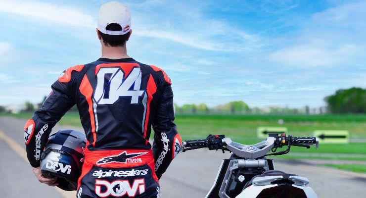 Andrea Dovizioso con lo scooter Dragster (Foto Italjet)