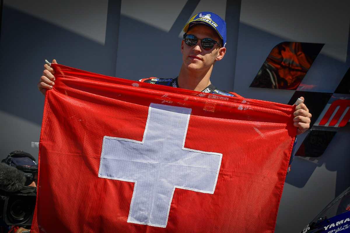 Fabio Quartararo con la bandiera svizzera in onore di Jason Dupasquier