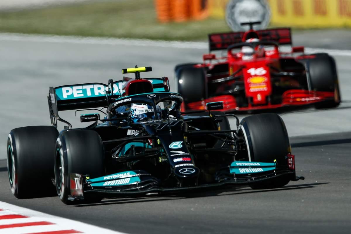 La Ferrari di Charles Leclerc dietro alla Mercedes di Valtteri Bottas al Gran Premio di Spagna di F1 2021 a Barcellona