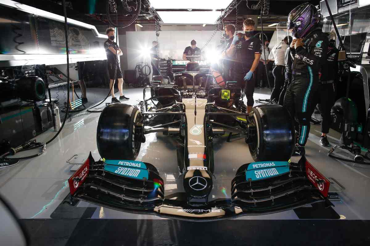 La vettura di Lewis Hamilton ai box nel Gran Premio del Portogallo di F1 2021 a Portimao