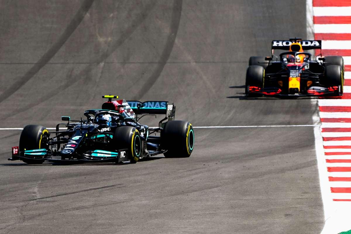 Lewis Hamilton davanti a Max Verstappen nel Gran Premio del Portogallo di F1 2021 a Portimao