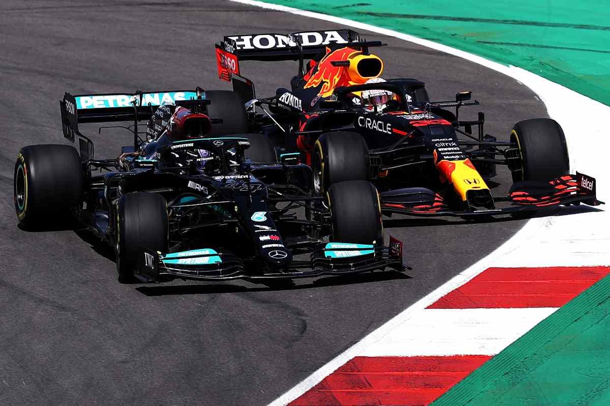 Lewis Hamilton in lotta con Max Verstappen al Gran Premio del Portogallo di F1 2021 a Portimao