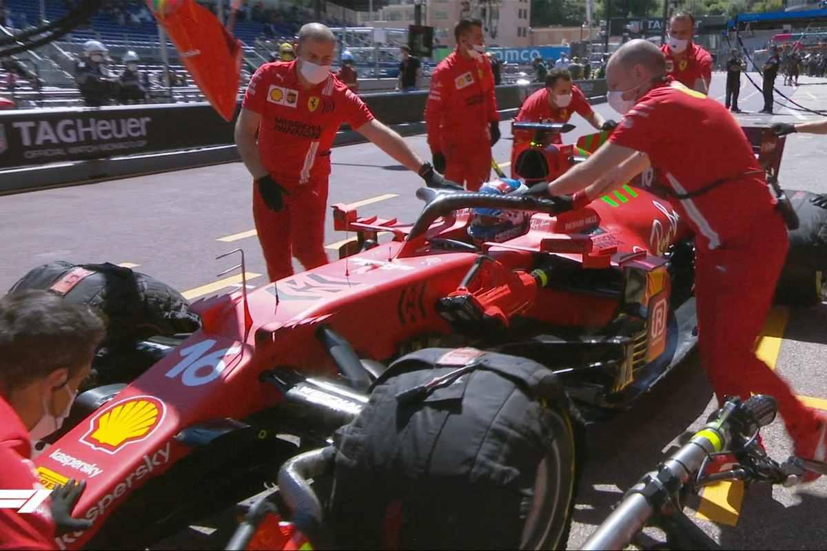 Charles Leclerc rientra ai box dopo il problema alla trasmissione durante le prove libere del Gran Premio di Montecarlo di F1 2021 a Monaco