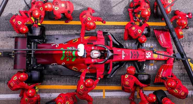 Charles Leclerc ai box nel Gran Premio di Spagna di F1 2021 a Barcellona