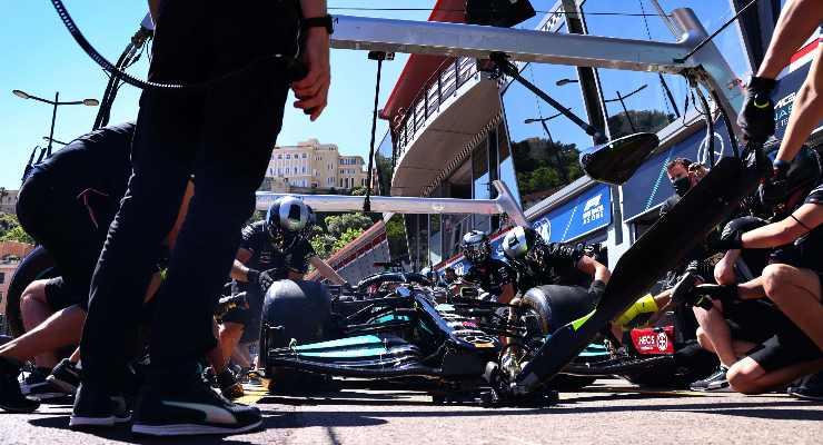 Lewis Hamilton ai box nel Gran Premio di Montecarlo di F1 2021 a Monaco