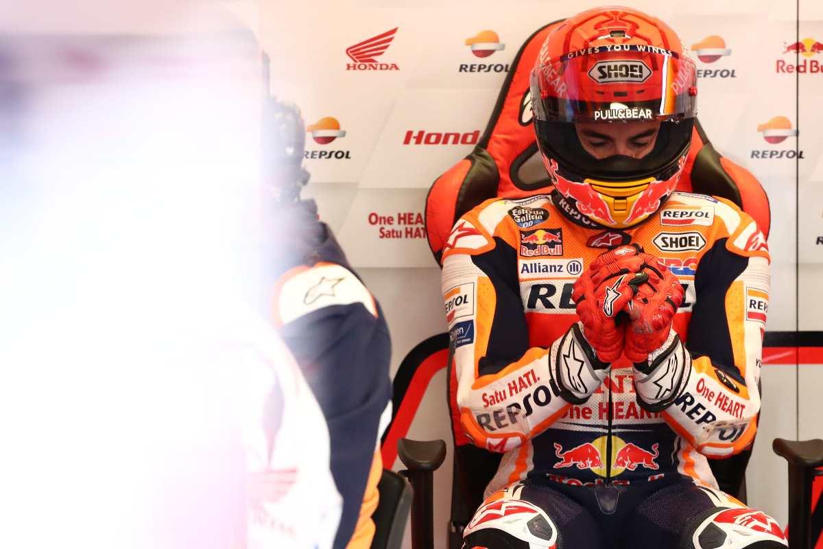 Marc Marquez ai box Honda nelle prove libere del Gran Premio di Francia di MotoGP 2021 a Le Mans