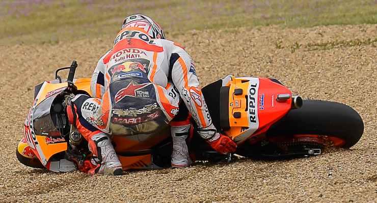 Marc Marquez cade durante il Gran Premio di Francia di MotoGP 2021 a Le Mans