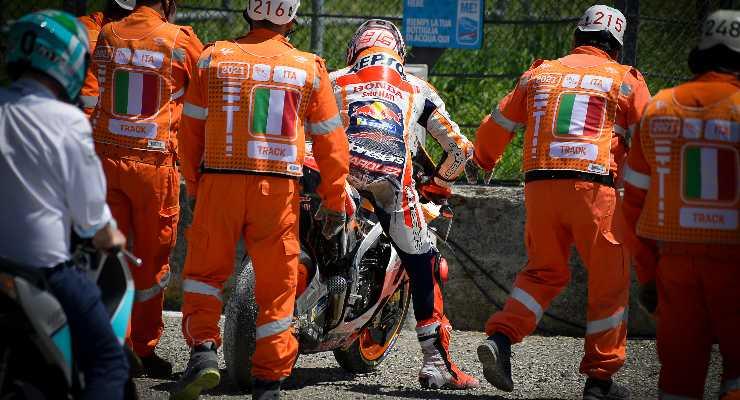 Marc Marquez dopo la caduta al Gran Premio d'Italia di MotoGP 2021 al Mugello