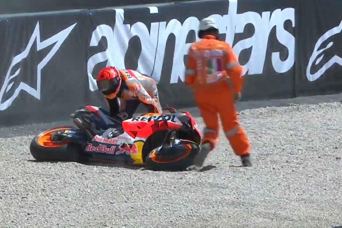 Marc Marquez cade dalla Honda durante il Gran Premio d'Italia al Mugello