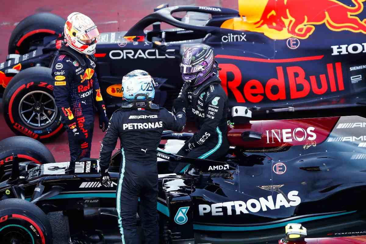 La Mercedes a fianco della Red Bull nel parco chiuso del Gran Premio di Spagna di F1 2021 a Barcellona