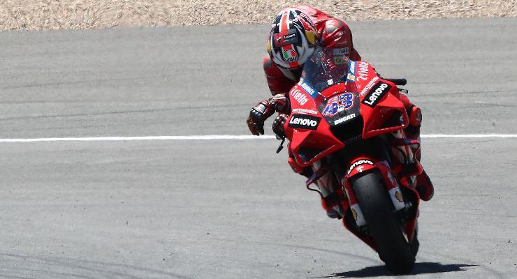 Jack Miller commosso sulla sua Ducati dopo la vittoria al Gran Premio di Spagna di MotoGP 2021 a Jerez