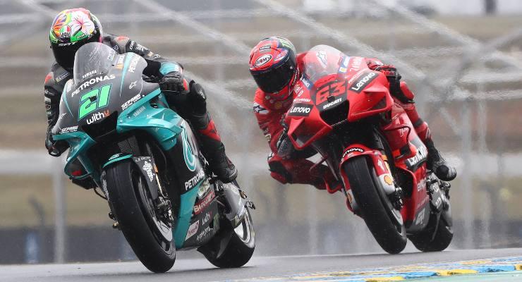 La Yamaha di Franco Morbidelli davanti alla Ducati di Pecco Bagnaia nel Gran Premio di Francia di MotoGP 2021 a Le Mans