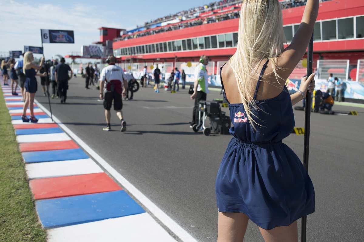 Un'ombrellina sulla griglia di partenza della MotoGP