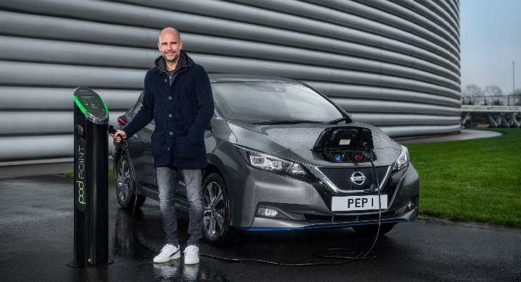 Pep Guardiola con la sua Nissan Leaf