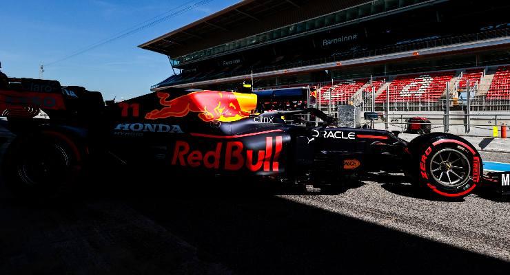 Sergio Perez esce dai box nel Gran Premio di Spagna di F1 2021 a Barcellona