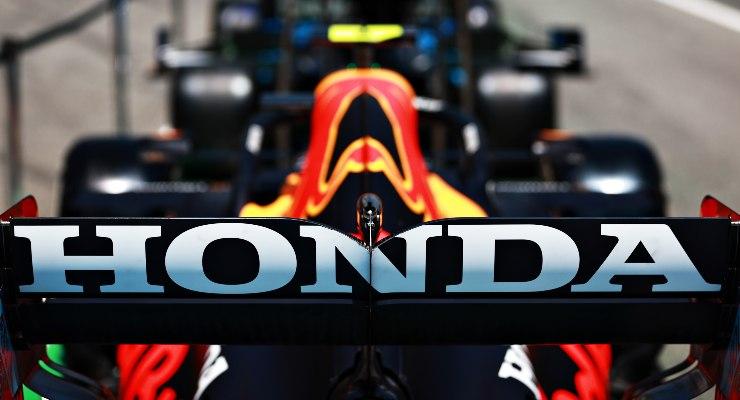 Il marchio Honda sull'alettone posteriore della Red Bull