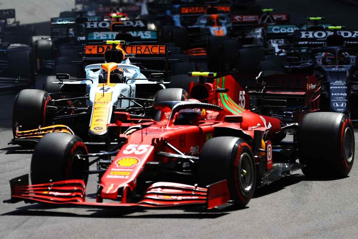 La Ferrari di Carlos Sainz davanti alla McLaren di Lando Norris al Gran Premio di Montecarlo di F1 2021 a Monaco