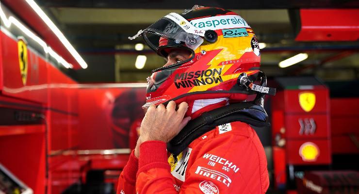 Carlos Sainz ai box nelle qualifiche del Gran Premio del Portogallo di F1 2021 a Portimao