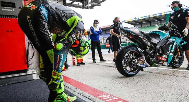 Valentino Rossi ai box nelle prove libere del Gran Premio di Francia di MotoGP 2021 a Le Mans